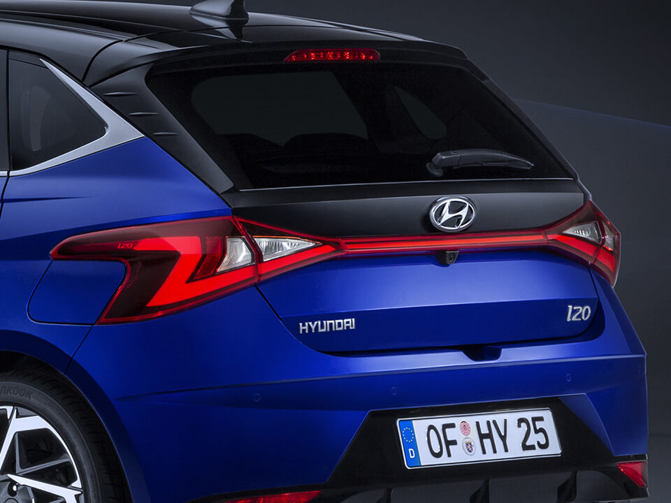 Close-up of the all-new Hyundai i20 rear light with the Hyundai logo at the bottom right